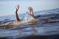 Hai anh em sinh đôi chết dưới suối