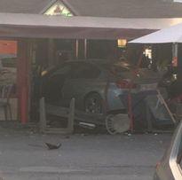 Tiệm pizza Pháp bị xe đâm, một người chết