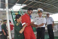 Tàu Hải quân đưa ngư dân bị nạn vào bờ