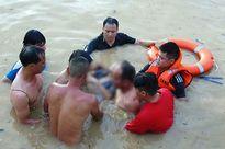 Cảnh sát PCCC dầm mình 7h trong nước tìm thi thể bé gái bị đuối nước