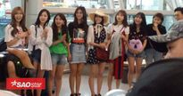 TWICE xuất hiện rạng rỡ ở sân bay đến Việt Nam