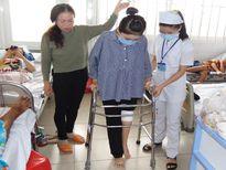 Cô gái 8 năm ngồi trên lưng mẹ quyết trở thành bác sĩ