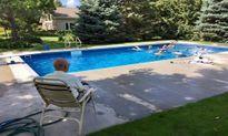 Chuyện lạ hôm nay: Cụ ông xây bể bơi miễn phí, lý do rớt nước mắt...