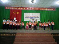 Trao học bổng 'Đồng hành cùng con CNLĐ đến trường'