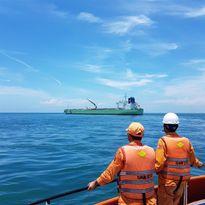 Cứu thuyền viên Ấn Độ gặp nạn trên biển Việt Nam