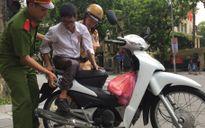 CSGT Hà Nội giúp cụ già bị liệt về quê