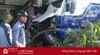 Tránh xe máy qua đường, xe container mất lái đâm vào nhà dân