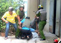 Truy tìm đối tượng đâm trọng thương công an viên