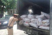 CSGT bắt xe tải chở 4,5 tấn mỡ bốc mùi đang trên đường đi tiêu thụ