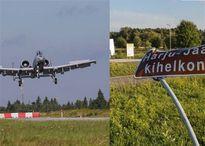 Cường kích Mỹ đâm hỏng biển báo khi hạ cánh xuống đường cao tốc