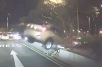 Clip: Tài xế taxi liều lĩnh phóng xe vượt dải phân cách