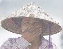 """Chị Phạm Thị Hà (39 tuổi, Nam Định) hàng ngày phải đi qua con đường """"đau khổ"""" Khuyến Lương (gần cảng Khuyến Lương, Hoàng Mai, Hà Nội). Ảnh: Lê Loan"""
