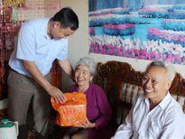 Tặng quà người cao tuổi có công với cách mạng và hộ nghèo ở Quỳnh Lưu