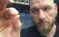 Người Thụy Điển cấy chip vào tay để thanh toán vé tàu