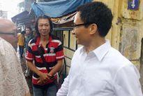 Phó Thủ tướng Vũ Đức Đam lặng lẽ đến Hãng phim truyện Việt Nam dưới trời mưa