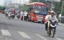 Phớt lờ quy định, nhiều xe rùa bò 'thản nhiên' bắt khách giữa đường