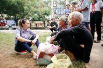Hình ảnh Mỹ Tâm ngồi bệt xuống vệ đường trò chuyện cùng các cụ già gây sốt