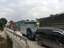 Xe ô-tô tải trọng lớn né trạm thu phí, phá nát đường 380 (Hưng Yên)