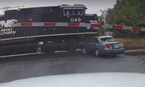 Kẹt giữa đường ray, ôtô bị tàu hỏa cuốn phăng