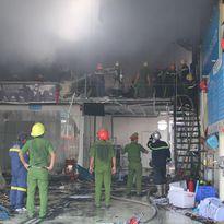 Cháy lớn tại gara ô tô, hàng chục chiến sĩ lao mình dập lửa