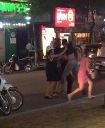 Tạm giữ đối tượng hành hung người giữa phố vì 'nhìn đểu'