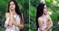 Người mẫu bikini bị phạt vì chụp ảnh với hoa sen quý hiếm