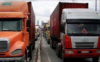 Hàng trăm container nhích từng chút một trên Xa lộ Hà Nội