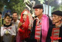Hà Nội: Độc đáo lễ cưới của người Dao đỏ tổ chức giữa phố đi bộ Hồ Hoàn Kiếm