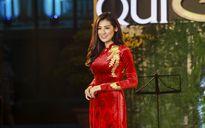 Á hậu Tú Anh đẹp lộng lẫy với áo dài dát vàng bên các MC VTV