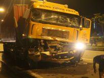 TP. HCM: Hai xe container va chạm trong đêm, 1 tài xế tử vong