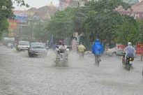 Áp thấp nhiệt đới tràn về, Hà Nội mưa lớn