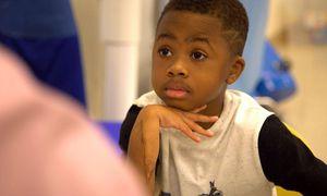 Sức sống kỳ diệu của cậu bé đầu tiên được ghép cả hai tay