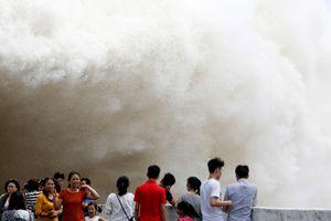 Cảnh xả lũ cuồn cuộn như sóng thần ở Hòa Bình