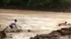 Hãi hùng với clip người đàn ông liều mình vượt dòng nước lũ ở Bắc Kạn