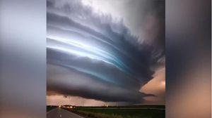 Clip cơn bão sấm sét tuyệt đẹp vạn năm một lần hút 18 triệu lượt xem