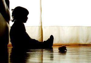 Bàng hoàng phát hiện cháu bé 16 tháng tuổi thoi thóp bên thi thể người giúp việc