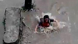 Thiếu nữ đột ngột 'biến mất' khi băng qua đường lũ