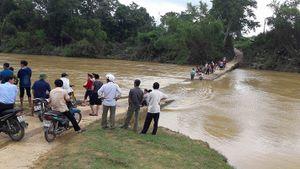 Ba mẹ con chở nhau đi tiêm phòng bị nước sông cuốn trôi ở Hà Tĩnh