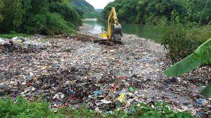 Hàng chục tấn rác thải nổi lềnh phềnh giữa suối