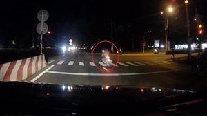 Vượt đèn đỏ với tốc độ cực cao, xe máy đâm 2 người trước khi bốc cháy