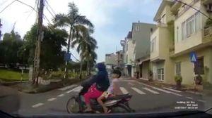 Clip pha thoát chết ngoạn mục của ba mẹ con phóng tắt ngang đầu ô tô
