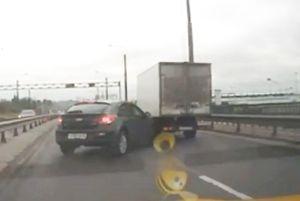 Clip: Xe Chevrolet nhận 'cái kết đắng' vì… vượt ẩu