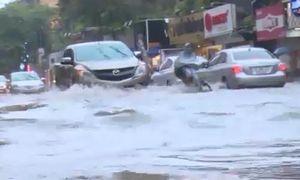 Vì sao sau mưa lớn, Hà Nội lại thành sông?