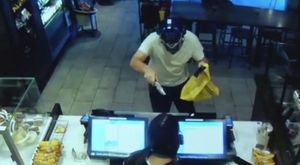 Khách uống cà phê dùng ghế hạ gục tên cướp có súng