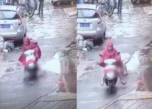 Dân mạng phẫn nộ người phụ nữ đi xe máy chèn ngang qua người bé trai rồi thản nhiên bỏ đi