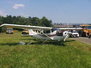 'Hú hồn' máy bay bất ngờ hạ cánh trên đường cao tốc