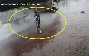 Thanh niên 'tiểu đường' giữa trời mưa bị nước hắt ngược lại mình