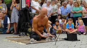 Màn ảo thuật đường phố mê hoặc khán giả của chàng trai người Tây Ban Nha