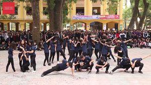 Màn dân vũ cực vui nhộn của học sinh cuối cấp gây sốt