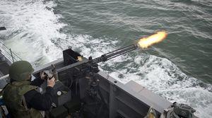 Mỹ bắn nhiều phát cảnh báo từ súng máy hạng nặng vào tàu Iran